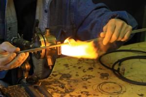le soufflage de verre a la flamme se pratique avec un chalumeau qui génère une flamme a 1500 degrés.